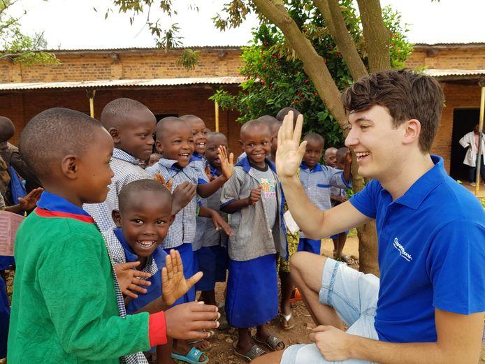 Correctbook-oprichter Sam van Tol deelt uitwisbare schriften uit in Afrika.