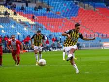 Vitesse blijft door Tannane in spoor Ajax; rode kaart Bazoer smet op zege Emmen