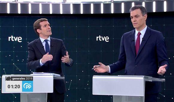 Pablo Casado (PP) en premier Pedro Sanchez (PSOE) tijdens een televisiedebat.