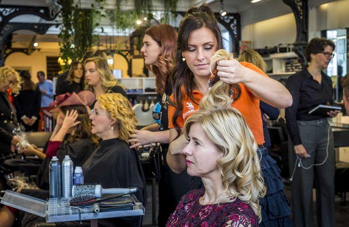 Staatssecretaris Mona Keijzer (Economische Zaken en Klimaat) voorafgaand aan Prinsjesdag gestyled door een schoonheidsspecialist. Nu is de beroepsgroep woest op haar.
