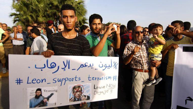 Een Libische man demonstreert tegen het VN-voorstel. Beeld afp