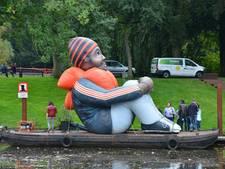 Opblaasbare vluchteling klaar om Breda binnen te varen