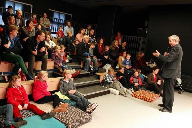 Kinderen luisteren naar schrijver Jan Terlouw in het kinderboekenmuseum in 2012. Beeld ANP