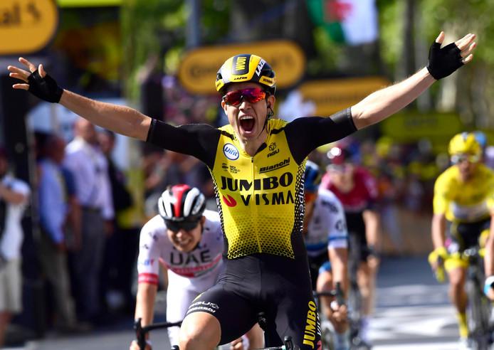 Van Aert schreeuwt het uit nadat hij de tiende etappe in de Tour heeft gewonnen.