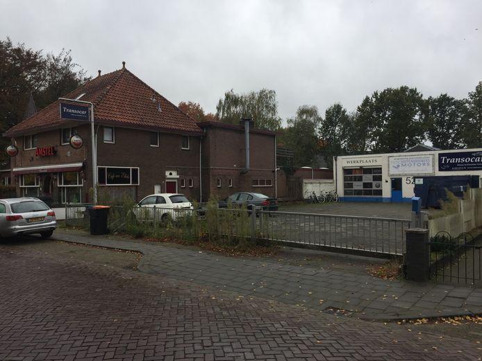 Nieuwbouwplan Achter het Raadhuis aan de Raadhuisstraat in Berkel-Enschot: in het café komen appartementen en de voormalige garage wordt gesloopt voor woningbouw
