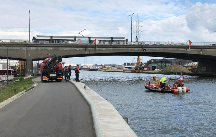 Ook duikers van de brandweer verleenden assistentie, maar er zijn geen concrete aanwijzingen dat er zich iets in het water zou bevinden.