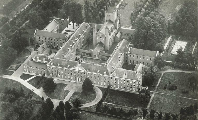 Het grootseminarie in Haaren, kort voor het einde van de oorlog. De Duitsers gebruikten het als gijzelaarskamp. Er zaten ook veel verspreiders van het illegale Trouw. Beeld RV