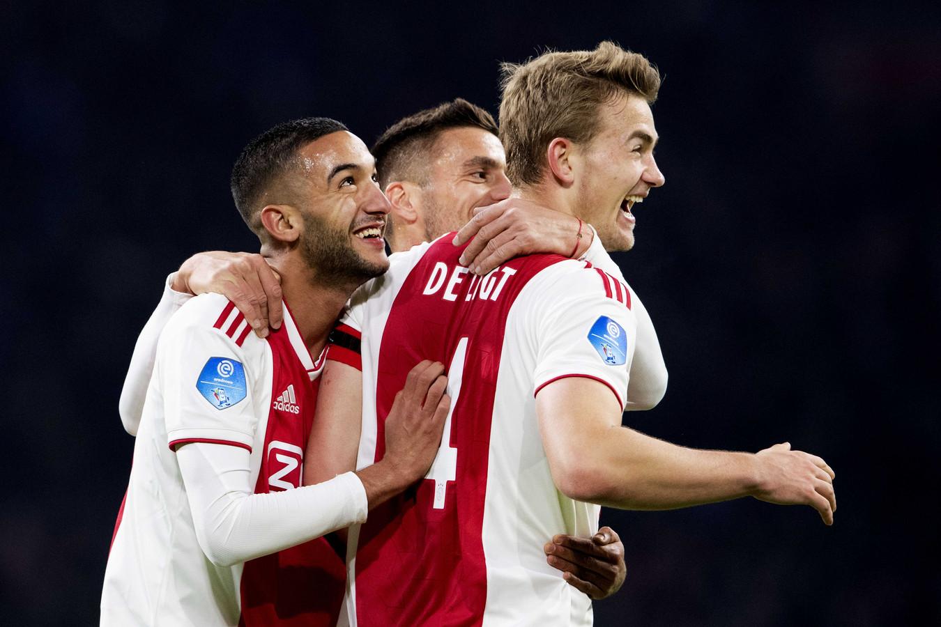 Matthijs de Ligt, Dusan Tadic en Hakim Ziyech denken na de 3-1 de zege zo goed als binnen te hebben.