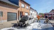 Kleine bestelwagen brandt volledig uit in Oetingen, ook schade aan woning