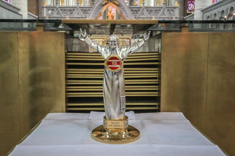 Het relikwie is een stukje van het onderhemd van de Heilige Paus Johannes-Paulus II dat hij droeg onder zijn soutane op 13 mei 1981 toen hij werd neergeschoten op het Sint-Pietersplein in Rome. Het stukje stof is doordrenkt van zijn bloed.