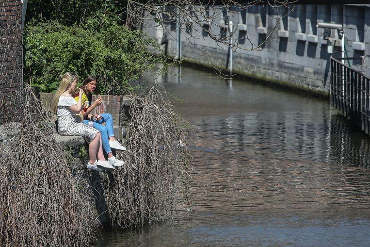 Stralende zon in Gent, genieten op verborgen plekjes, zoals het Appelbrugparkje in de Jan Breydelstraat