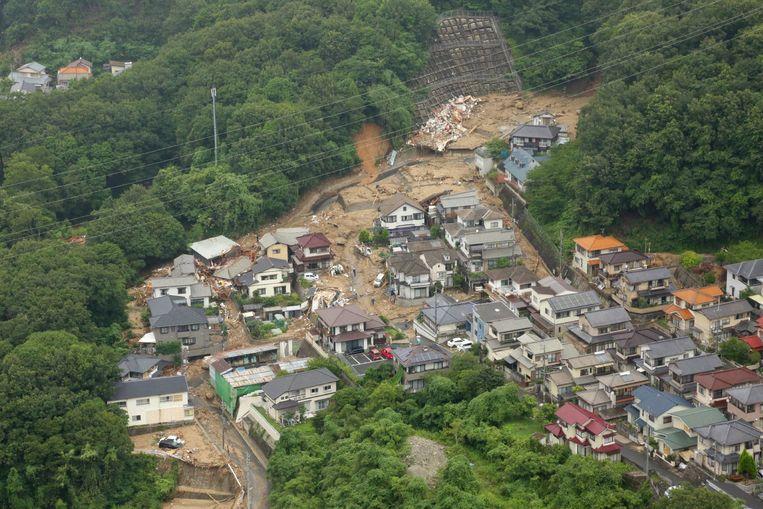 Ingestorte huizen door de hevige regenval in Hiroshima. Beeld null