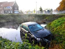 Auto rijdt sloot in in Helmond na black out