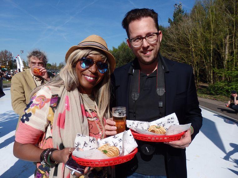 Amanda Rijff (lifestylewriter) en Ronald van der Gijp (assistent-lifestylewriter). Rijff: 'Jij ziet eruit als een journalist van Het Parool. Nee nee, dat is een compliment.' Beeld Schuim