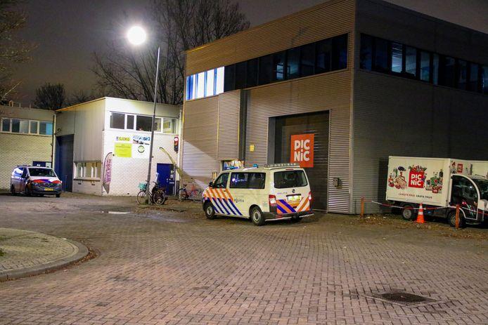 De politie heeft gisteravond een vrijdagavondborrel op een industrieterrein in Rotterdam Prins Alexander beëindigd.