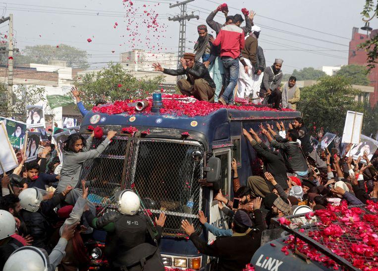 Aanhangers van de radicale TLP-partij bestormen in februari 2019 de politiewagen waarin hun leider Khadim Hussain Rizvi naar de rechtbank wordt vervoerd. Hij wordt beschuldigd van aanstichting van rellen na de vrijspraak van de christen Asia Bibi.  Beeld null