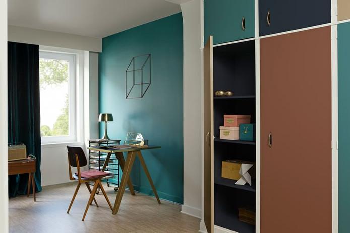 Schilder de meubels mee met de muur. Zo krijg je eenheid en speelsheid in de kamer.