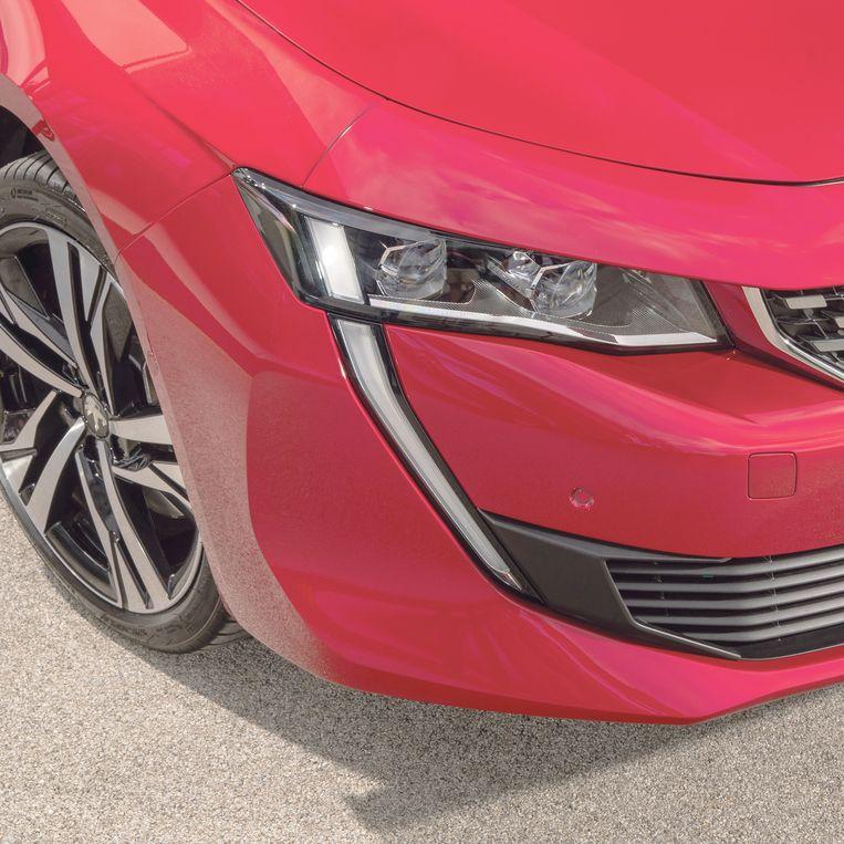 Opvallend kenmerk van de 508 is de verticale dagrijverlichting. Die is geïnspireerd door de slagtanden van de leeuw, het logo van Peugeot. Beeld
