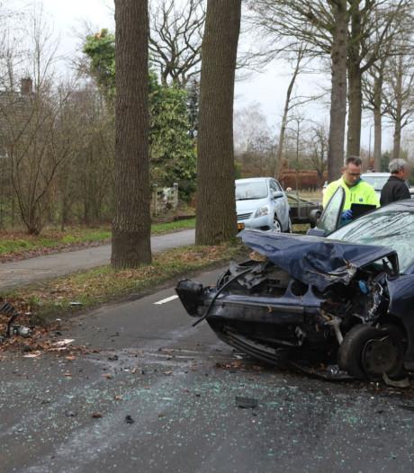 Forse schade aan auto door botsing op boom in Sint-Oedenrode, automobiliste naar het ziekenhuis