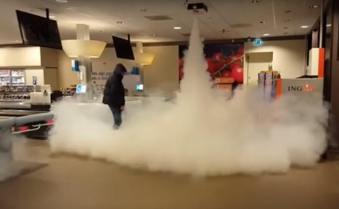 Demonstratie van het rookalarmsysteem bij de AH in Delden