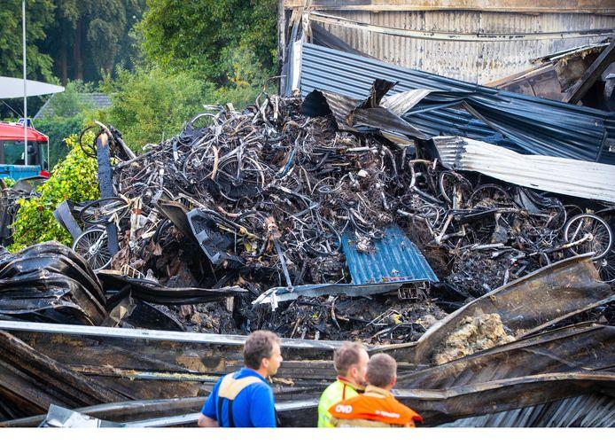 Uitgebrande fietsen bij het pand van Stella in Nunspeet, na de vuurzee van vorig jaar. Nog altijd is er geen nieuwe regelgeving voor opslag van fietsaccu's.