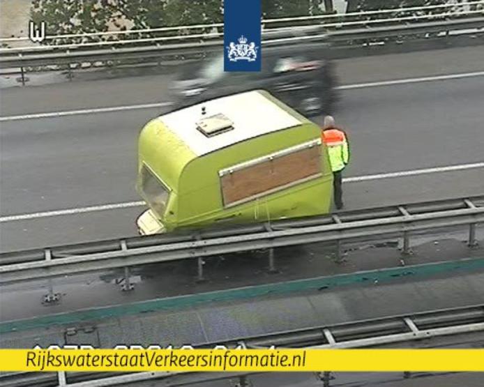Een verloren caravan veroorzaakt een flinke file op de A27.