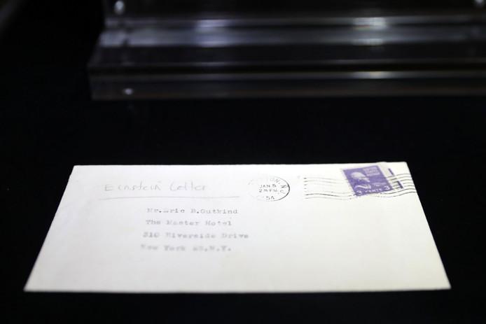 De envelop waar de miljoenenbrief in zat in de etalage bij veilinghuis Christie's in New York.
