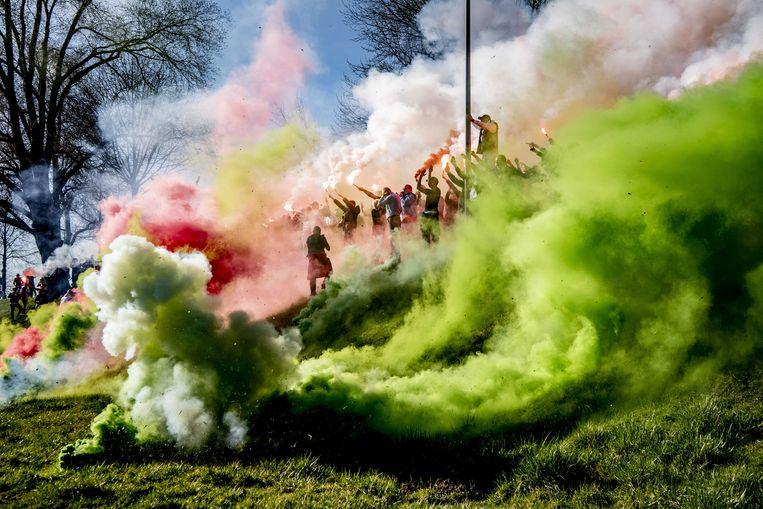Feyenoord-fans hebben zich verzameld bij het trainingsveld om de spelers toe te zingen, voorafgaand aan de laatste training in aanloop naar de bekerwedstrijd tussen Feyenoord en Ajax.