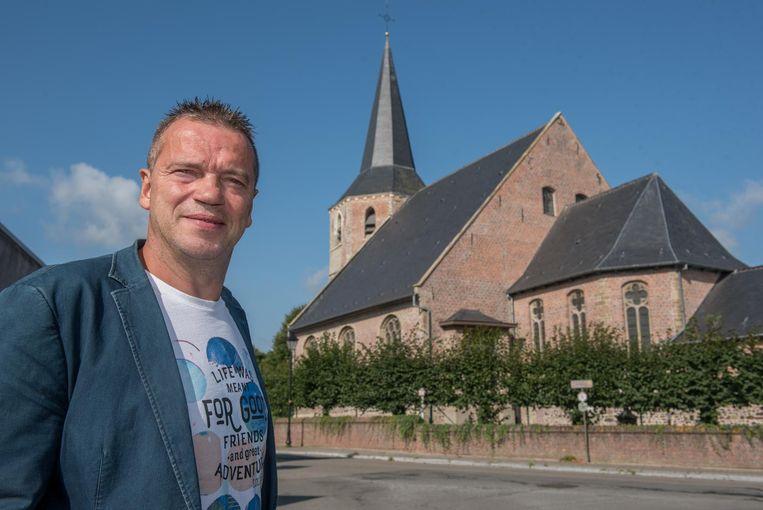 Schepen Hedwin De Clercq bij de Sint-Martinuskerk.
