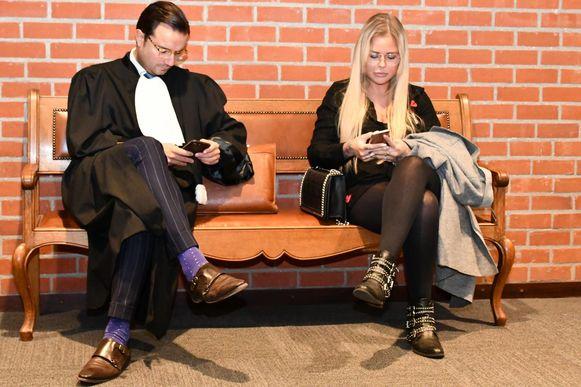 Yana Daems en haar advocaat in de rechtbank.