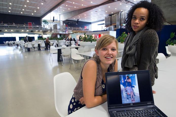 Roos van der Schoor (links) en Aylin Groenewoud hebben een duurzame luier ontwikkeld. Foto Kees Martens
