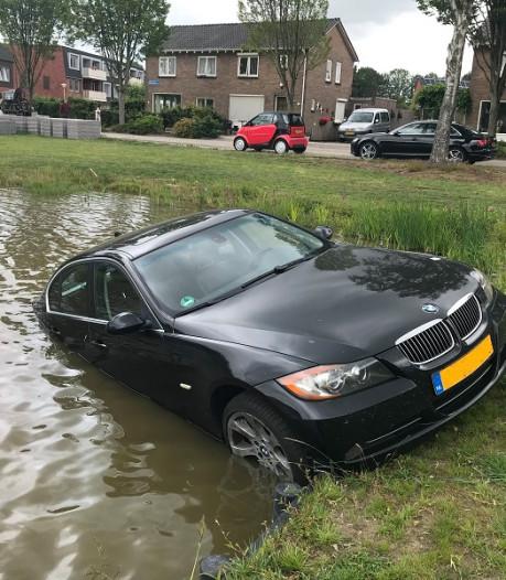 BMW-eigenaar vergeet portemonnee en daarna de handrem in De Wijk