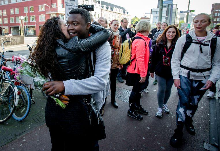 Een foto van 30-5-2014. Mauro Manuel wordt verwelkomd bij de finish van de Nacht van de Vluchteling bij het Humanity House. De opbrengst van de sponsorloop, van Rotterdam naar Den Haag, is voor noodhulp aan Syrische vluchtelingen. Beeld ANP
