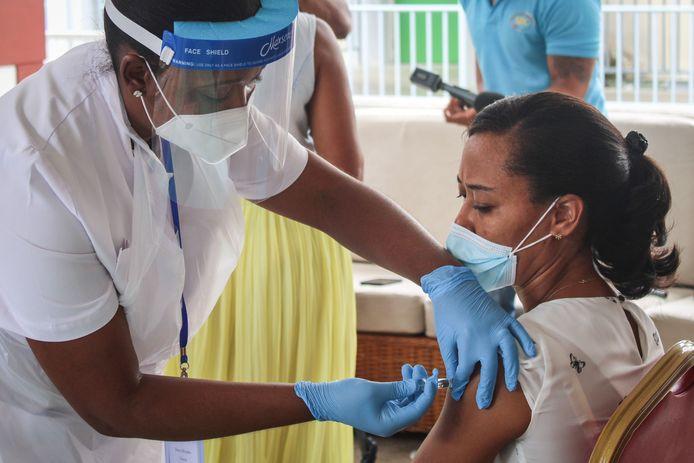 De Syechellen zijn het eerste Afrikaanse land dat is begonnen met vaccineren. Het land maakt gebruikt van het Chinese vaccin van Sinopharm.