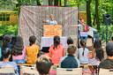 Het Wolkentheater gaf dinsdagochtend op het asielzoekerscentrum in Gilze een voorstelling.