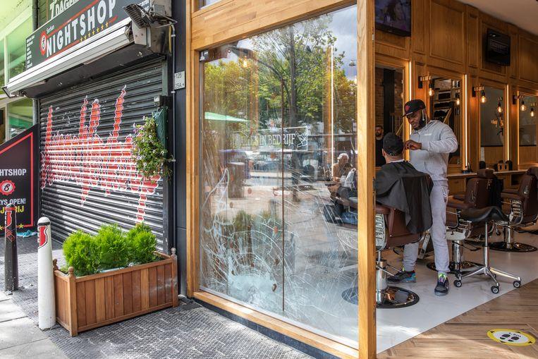 Barbershop Alles in Bedrijf aan de Slotermeerlaan in Nieuw-West was doelwit van een explosie en werd later beschoten. Beeld Dingena Mol