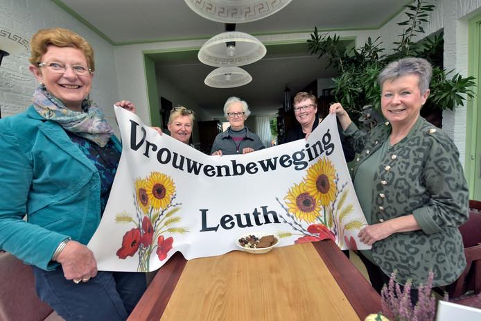 Vlnr echts: Anne-Marie Lamers, Annelies Langens, Ger Vink, Petra Hubbers en Marion Hoenselaar.   Foto Flip Franssen
