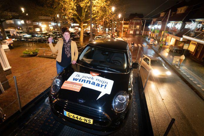 Hanneke de Boer van Tabaksspeciaalzaak Speklé hield dinsdag de sleutel van de Mini vast, die nu al bijna een jaar wacht op de rechtmatige eigenaar.