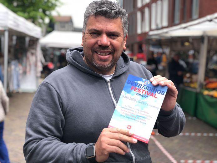 Peter Linders met een flyer van het Bevrijdingsfestival Grave