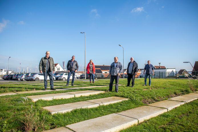 Initiatiefnemers (vlnr.) René van de Guchte, Eric van Westen, Suzanne de Jager, Jaap van Wieringen, Rinus van Stee en Jaap van Stee op de beoogde locatie voor de nieuwe informatiepunt voor toeristen.