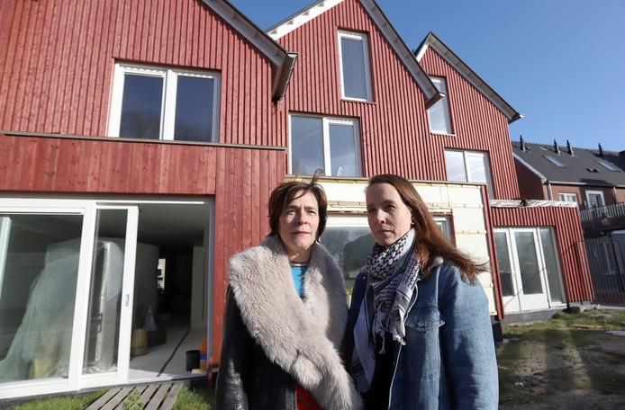 Dineke van Ommen en Carolien Rootert bij hun onafgebouwde huizen in de Van Sleenstraat.