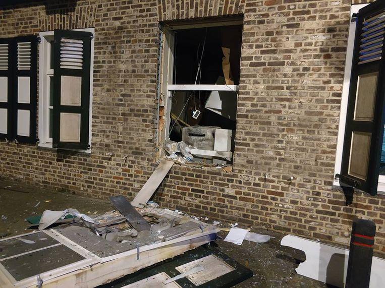 Bij de bank vloog zelfs het schrijnwerk van de ramen uit de gevel.