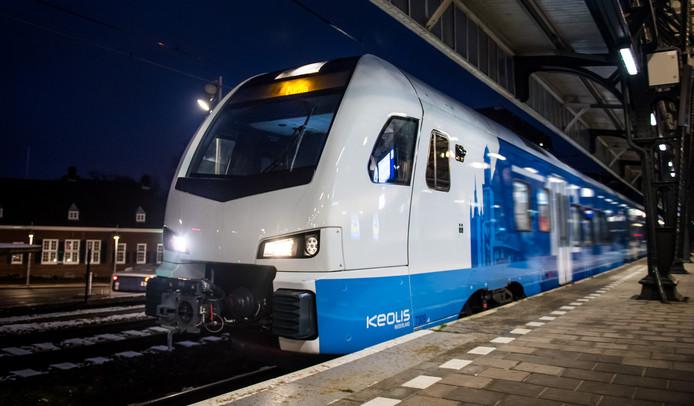 De Flirt-trein van Keolis rijdt op het traject van Enschede naar Zwolle.