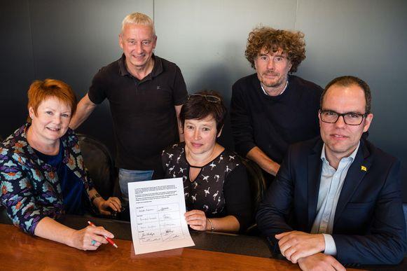 Karin Jiroflée, Jos Verdeyen, Hilde Maenen, Bernard Lemaitre en Frank Vannetelbosch bij het ondertekenen van het bezwaarschrift in september vorig jaar. Dat blijkt nu een maat voor niets.