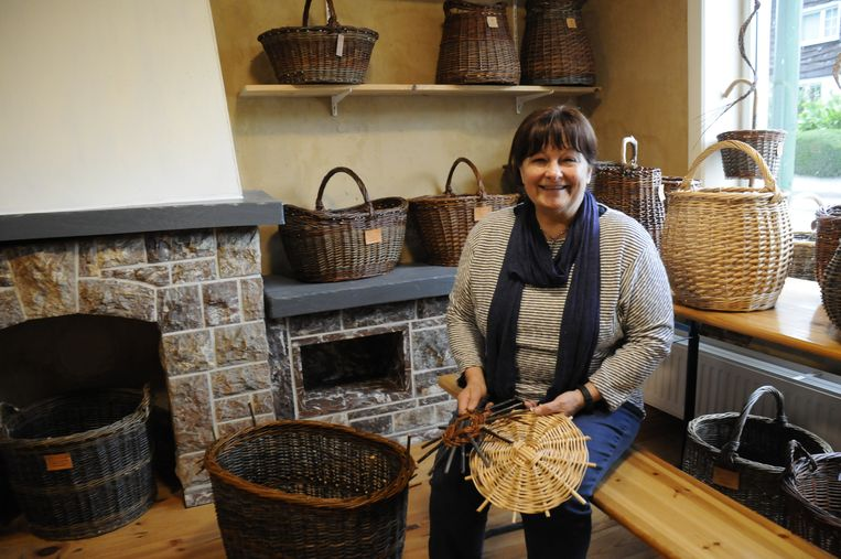 Lydia Bamps maakt nog echte houten manden.