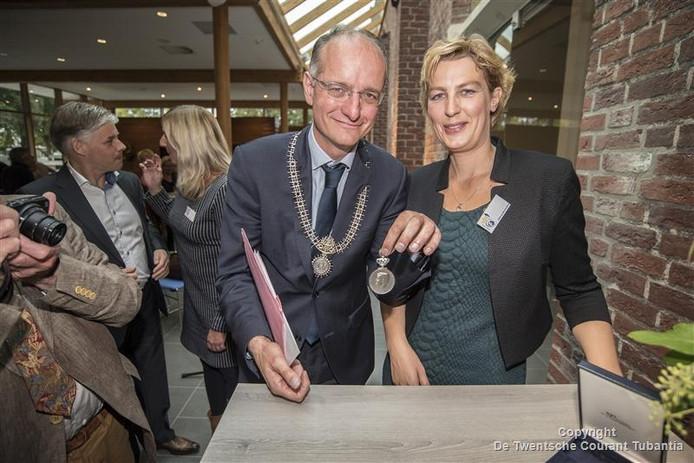 Burgemeester Van Veldhuizen met voorzitter Mirije van Dijk