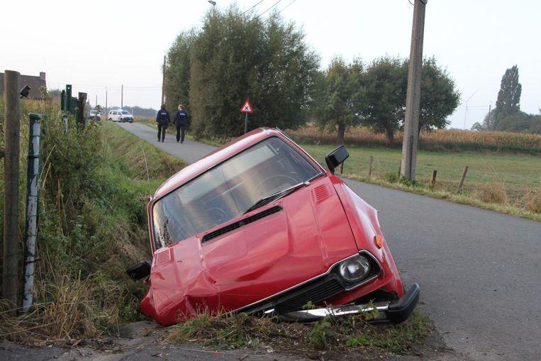 De oldtimer Honda Civic dook in de gracht.