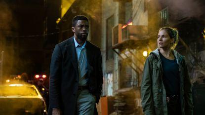 """Chadwick Boseman betaalde loon tegenspeelster Sienna Miller deels uit eigen zak: """"Gracieus en respectvol"""""""