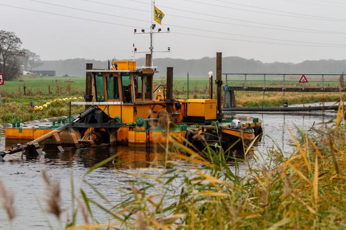 Met een speciale baggerboot maakt Waterschap Rijn & IJssel De Berkel schoon.