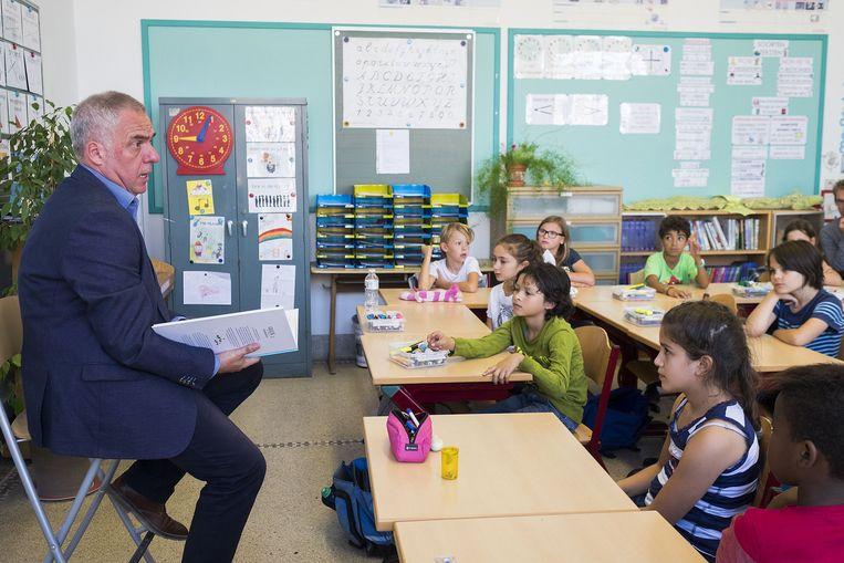 Leo Bormans leest voor en gaat in gesprek met de leerlingen in de klas.